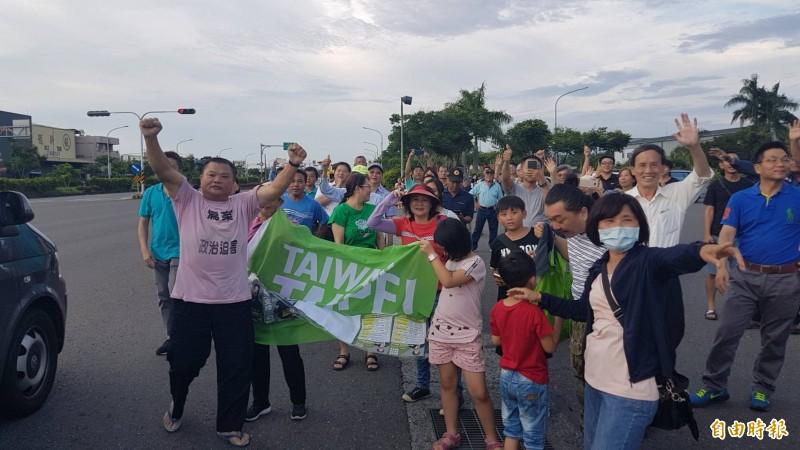 民進黨嘉市資深黨員沈昇益等數十位支持者,在台一線北回歸線太陽館熱情迎接賴清德車隊。(記者丁偉杰攝)