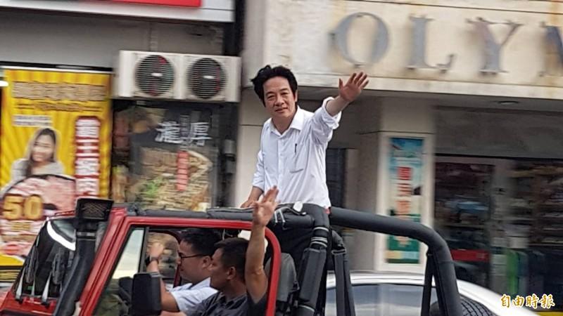 賴清德車隊在嘉市中山路遊行。(記者丁偉杰攝)