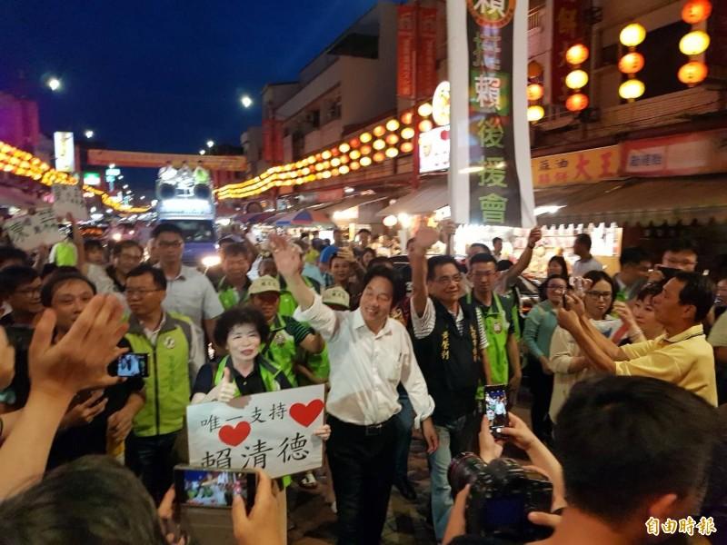 民進黨總統參選人賴清德在支持者簇簇擁下,徒步前往新港奉天宮。(記者蔡宗勳攝)