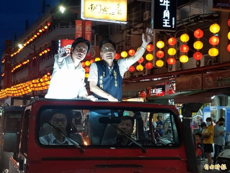 民進黨總統參選人賴清德(左)與太保市長黃榮利向支持者打招呼。(記者蔡宗勳攝)