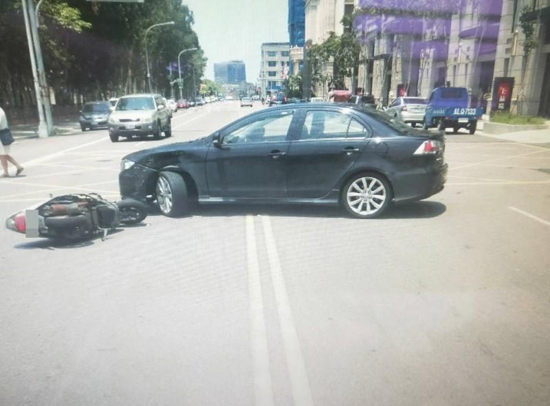 呂姓男子駕小客車與騎機車的陳姓老婦發生碰撞,致老婦骨盆骨折,請求賠償。(記者張勳騰翻攝)