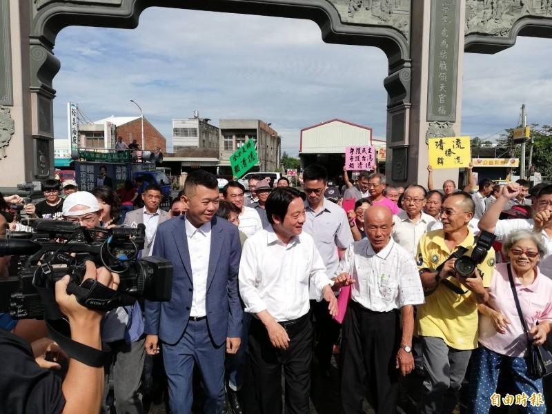 前行政院長賴清德在北港武德宮受到支持者熱情歡迎。(記者廖淑玲攝)