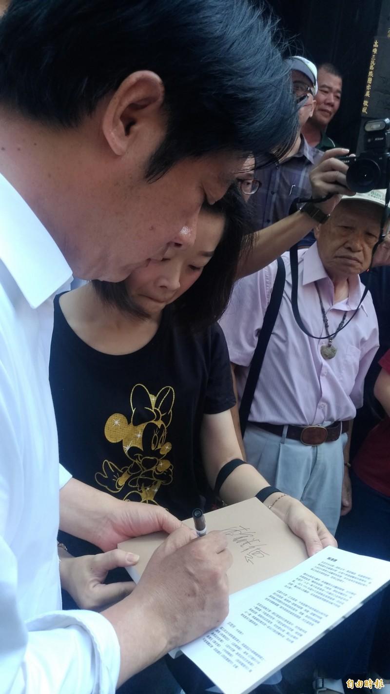 前行政院長賴清德為支持者簽書。(記者廖淑玲攝)