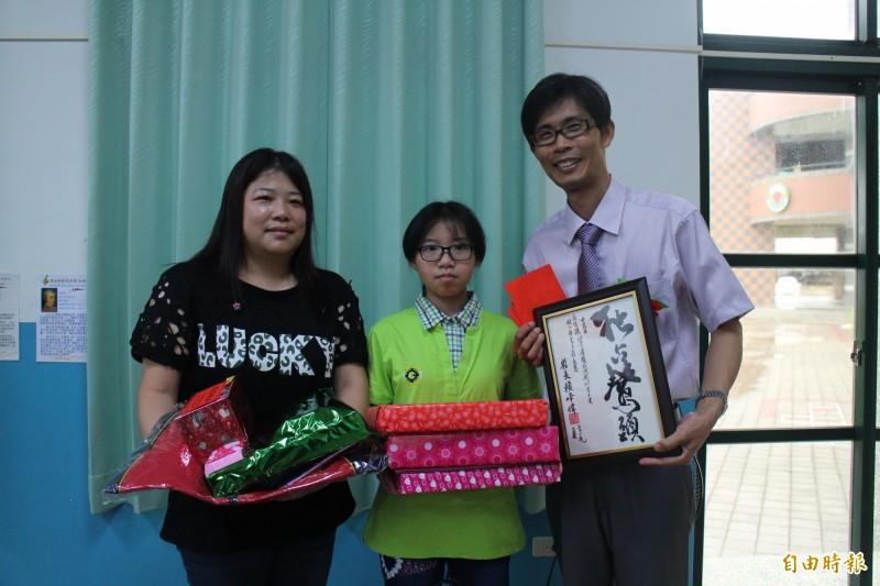 成功國小僅有一名畢業生,獎品滿載而歸。(記者劉禹慶攝)