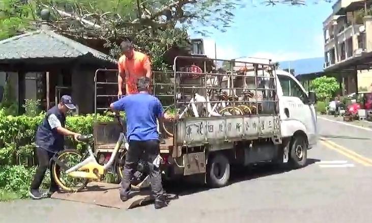 宜蘭縣清潔隊把街頭上的oBike,移往特定地點集中處理。(記者江志雄翻攝)
