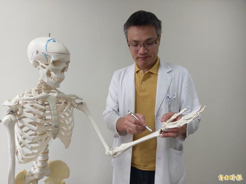 豐原醫院骨科醫師羅達富表示,遠端橈骨骨折是骨科最常見的骨折之一。(記者歐素美攝)