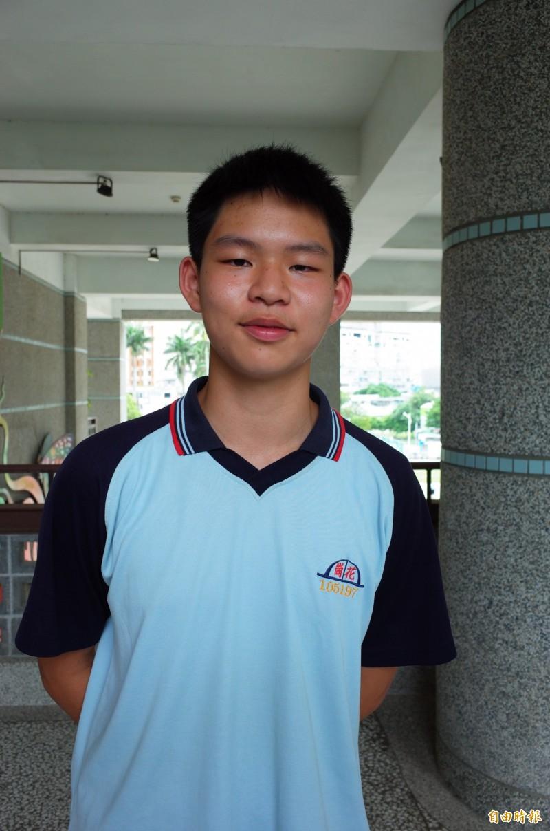 花崗國中陳諺頡國中教育會考也考出滿分佳績,身高將近180公分的他是籃球愛好者。(記者花孟璟攝)