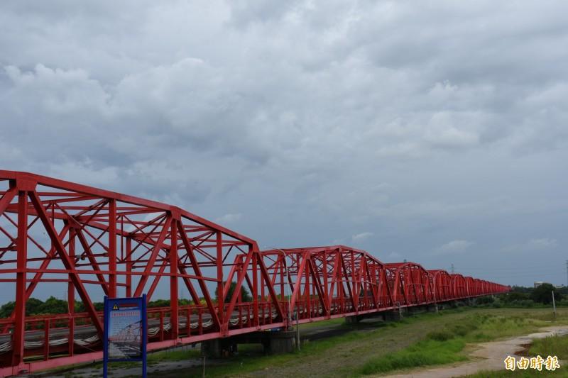梅雨鋒面即將來襲,雲林上午雲層濃厚。(記者林國賢攝)