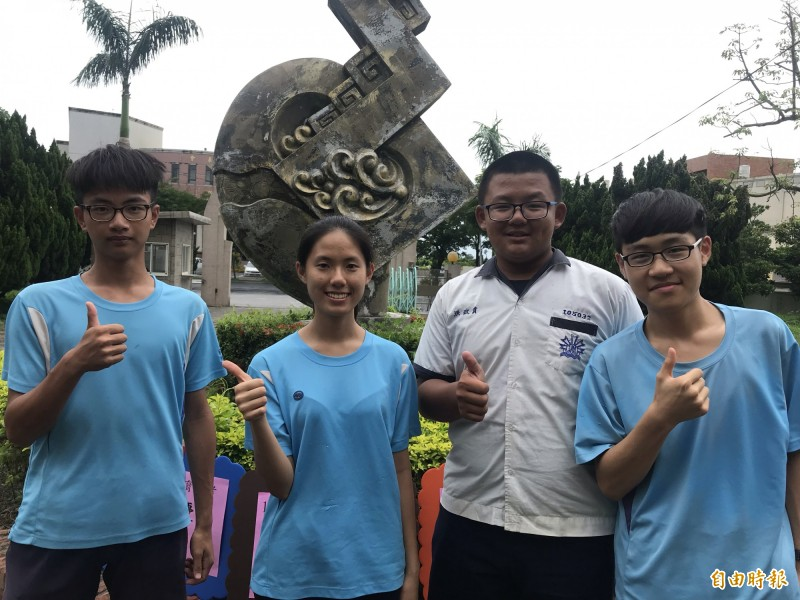 芳苑國中4名考出5A成績的學生。(記者顏宏駿攝)