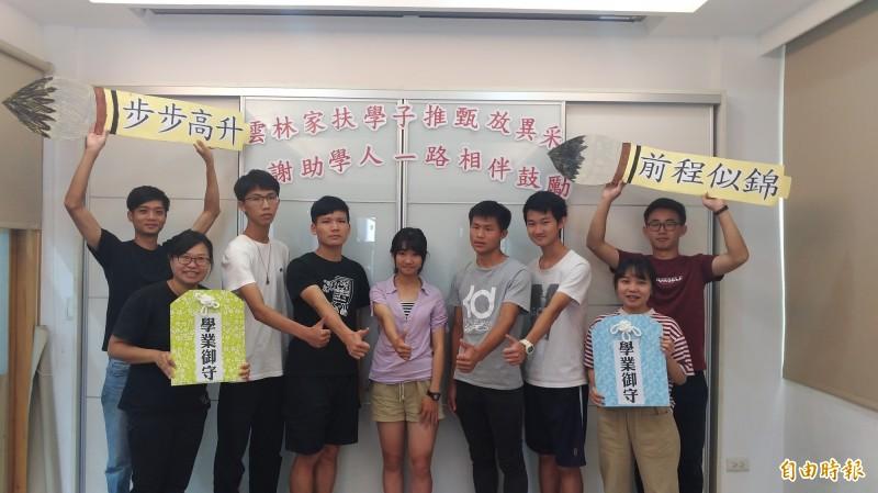 雲林家扶中心送給考上大學的孩子祝福「御守」及「文昌筆」。(記者廖淑玲攝)