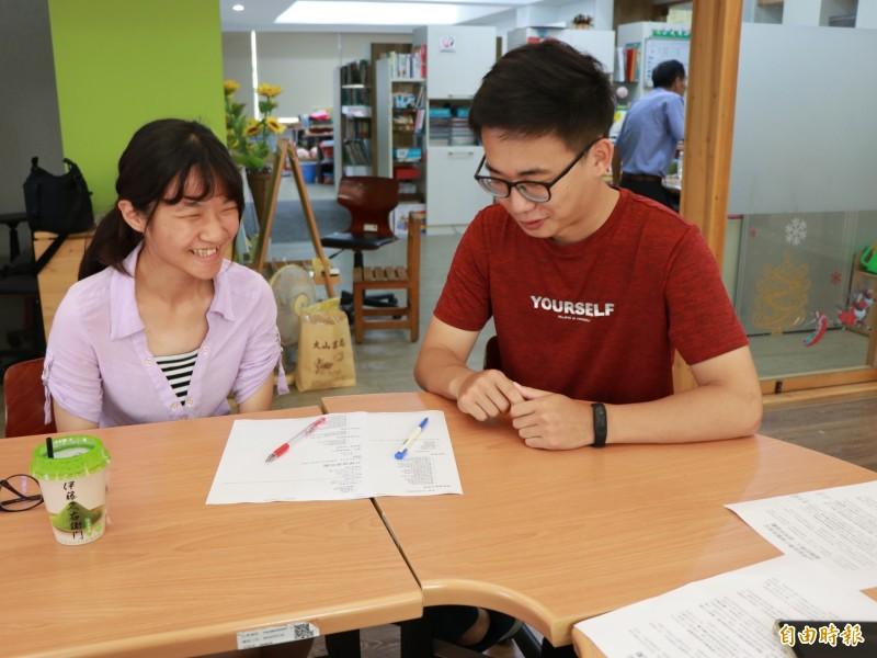 社工老師王泰元提供家扶孩子升學建議與評估。(記者廖淑玲攝)