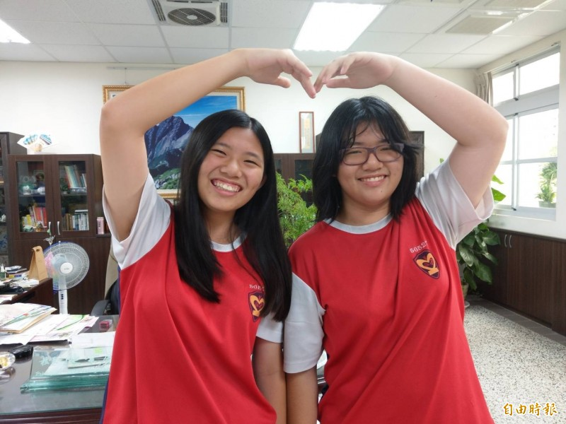 雙胞胎姐妹花黃婷芝(左)、黃婷宣(右),也都考出5A好成績。(記者方志賢攝)