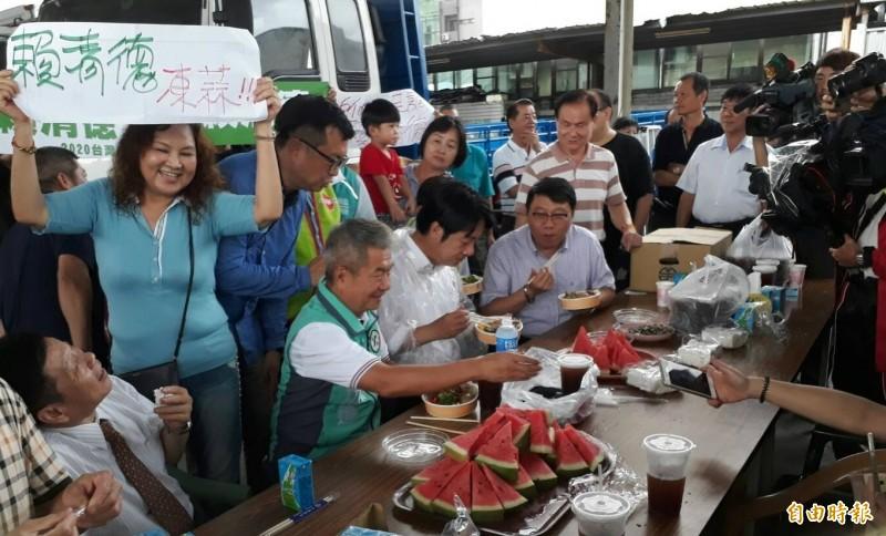 台中市議員鄭功進(左二,著綠背心)款待賴清德(圖中),在掃街前用餐補充體力。(記者張瑞楨攝)
