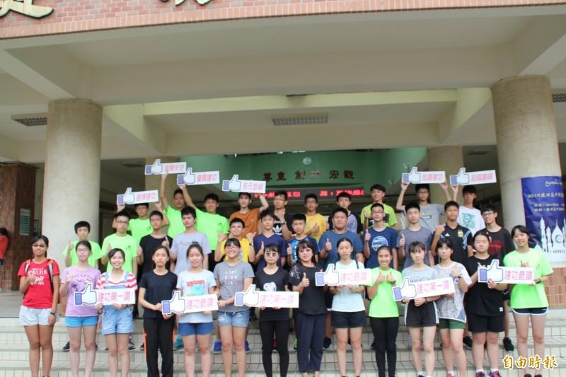 新竹市建功高中國中部有42人考到5A的好成績。(記者洪美秀攝)