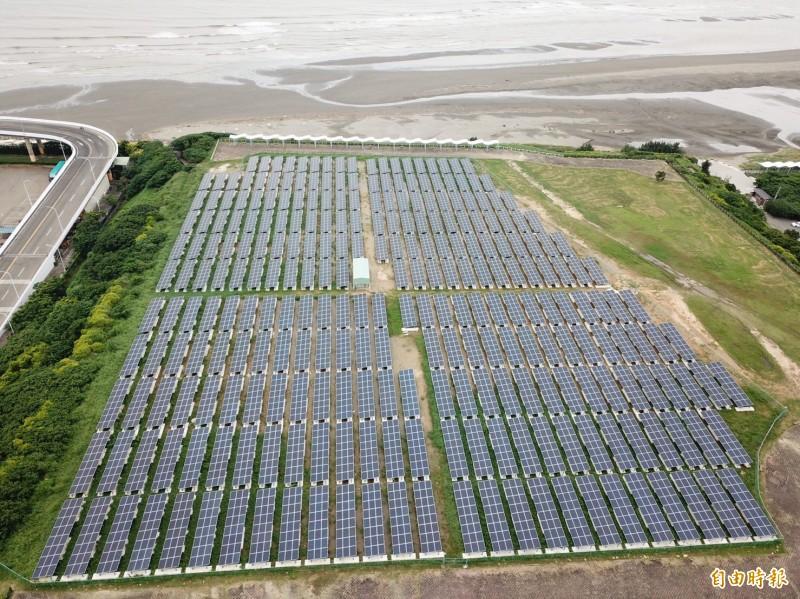 新竹市府推動在屋頂種電的太陽光電系統,一年可發電858萬度電,效果驚人。(記者洪美秀攝)