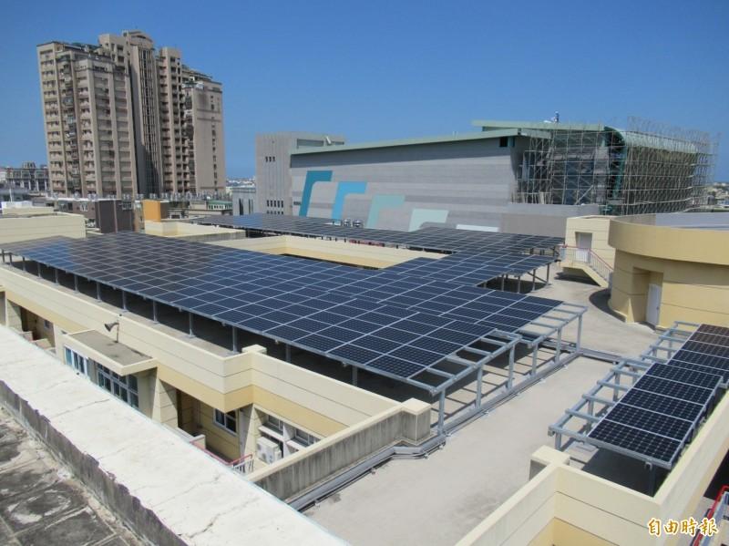 新竹市府推動在屋頂種電的太陽光電系統,已為市庫帶來500萬元的租金獎勵金收入。(記者洪美秀攝)
