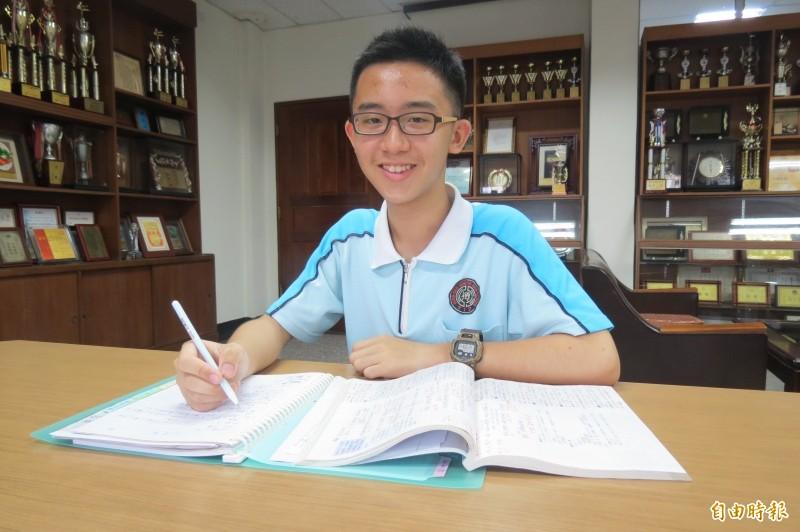 楊秉叡利用整理「錯誤筆記」的複習法,一舉成名。(記者蘇孟娟攝)