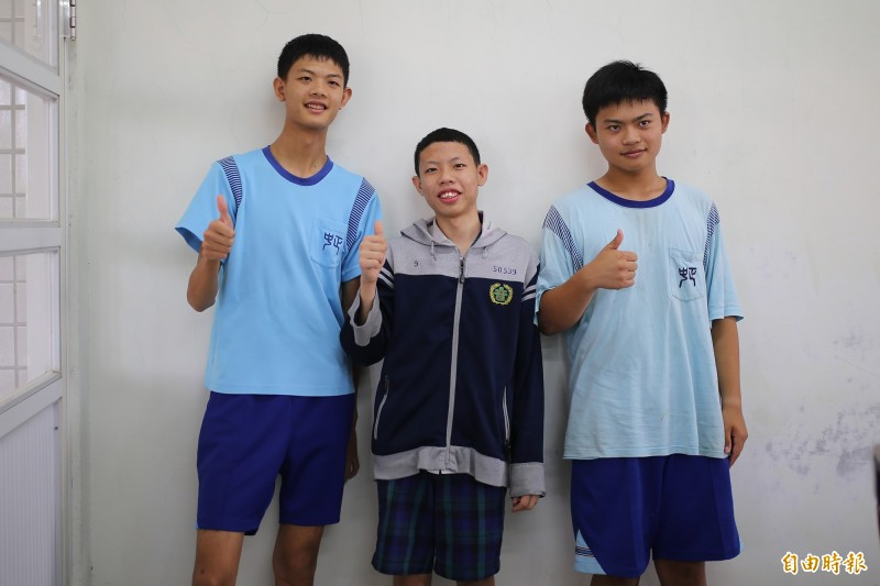 中正國中的彭軒、吳柏翰、林家宇(由左至右),在會考中表現亮眼。(記者邱芷柔攝)