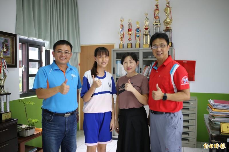 鶴聲國中蘇子庭(左2),考前1個月特別將手機關機,沉著應考,拿下5A++。(記者邱芷柔攝)