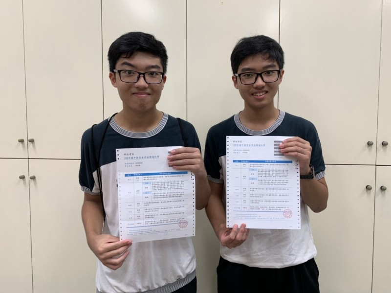 丹鳳國中雙胞胎兄弟,弟弟利昱翰(右)、哥哥利昱穎(左)秀出會考好成績。(新北市教育局提供)