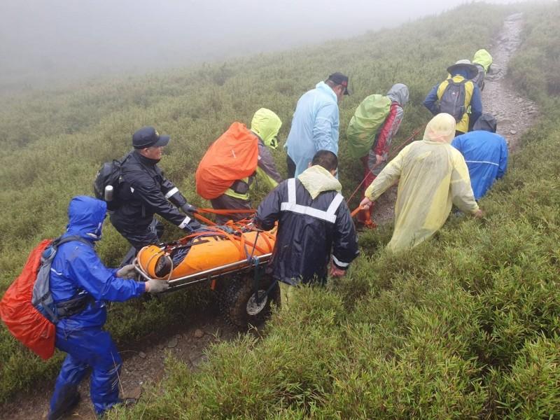 奇萊登山步道多處陡峭,加上天雨路滑,增加傷患救援難度。(圖由南投縣政府消防局提供)