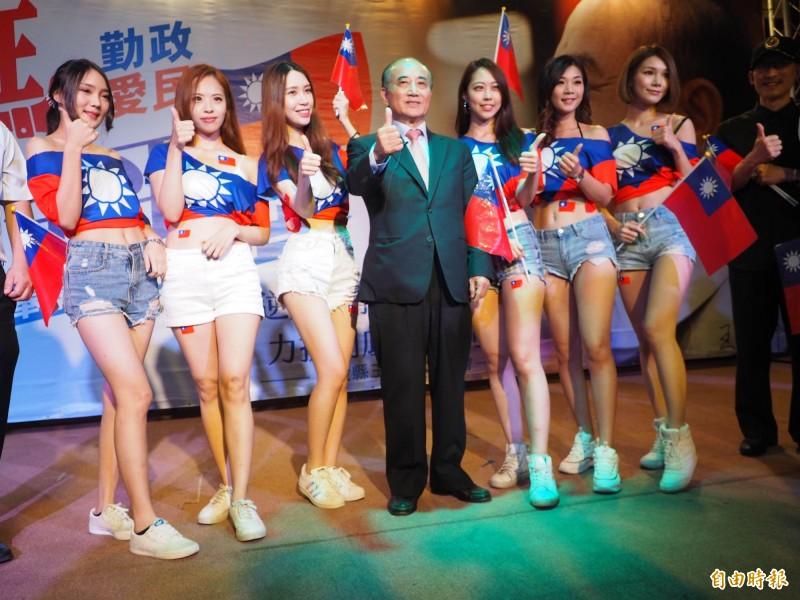 國旗裝正妹上台合照,讓「台灣公道伯」王金平(中)顯得有點害羞。(記者陳鳳麗攝)