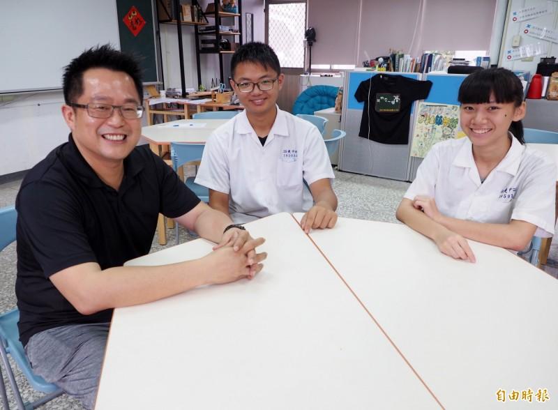 爽文國中學生郭彥成(中)和謝姵儀(右)考出好成績,教導主任王政忠(左)開心不已。(記者陳鳳麗攝)