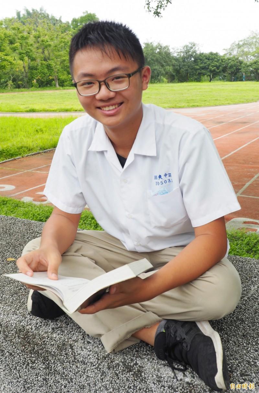 郭彥成常坐在校園看喜歡的書。(記者陳鳳麗攝)