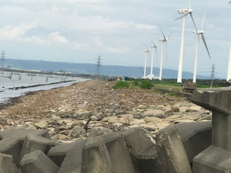 海岸線垃圾清除後,景色美呆了!(圖縣府提供)