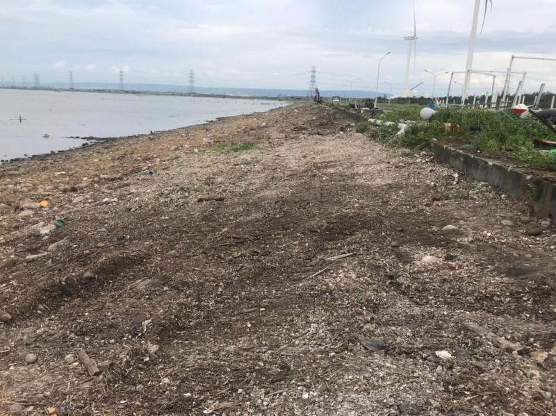 縣府7天來共出動250車次,清出彰濱海岸線共650噸垃圾,垃圾消失,海岸線恢復原來的樣貌。(圖縣府提供)