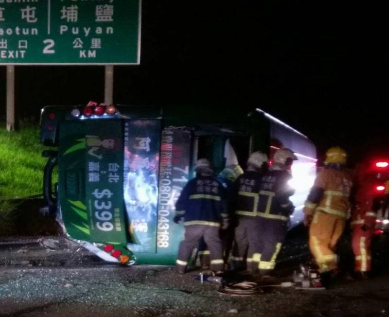 國道1號彰化戰備道今晚驚傳重大車禍,1輛阿羅哈遊覽車衝出邊坡直墜平面道路,10多人受困,消防員搶救。(記者湯世名翻攝)