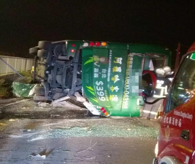 國道1號彰化戰備道今晚驚傳重大車禍,1輛阿羅哈遊覽車衝出邊坡直墜平面道路,車體嚴重扭曲變形。(記者湯世名翻攝)