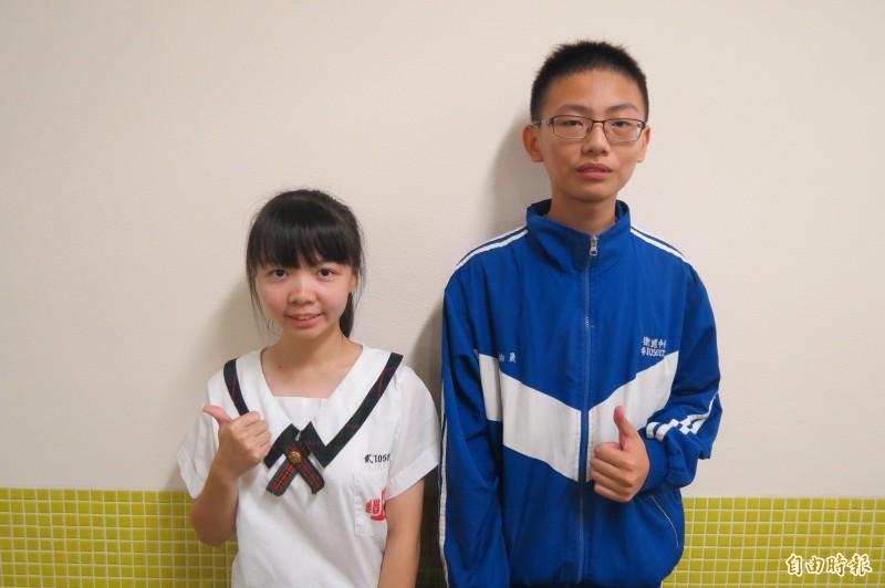 衛道中學學生黃予辰(左)、黃柏晟會考大滿貫。(記者蘇孟娟攝)