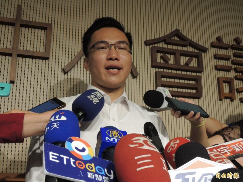 民進黨高市議員林智鴻批評韓國瑜的庶民心態說,是騙完高雄騙全台。(記者王榮祥攝)