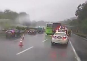 今早天降大雨,國道1號接連發生車禍。(記者鄭名翔翻攝)