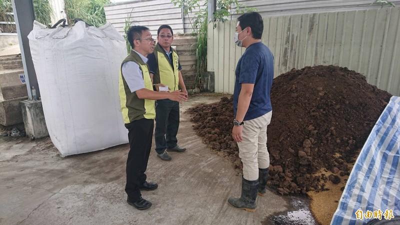 台東縣政府稽查大型養雞場雞糞處理情況,均合乎規定。(記者張存薇攝)