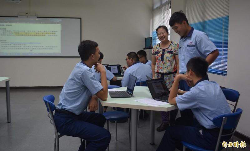 光華高工此學期以Chromebook輔助教學,國文科師生上課時也能輕鬆互動。(記者陳建志攝)