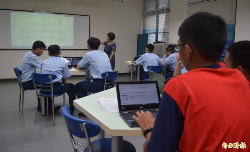 光華高工此學期以Chromebook輔助教學,電子科生硬的理論也能更生動的教學。(記者陳建志攝)