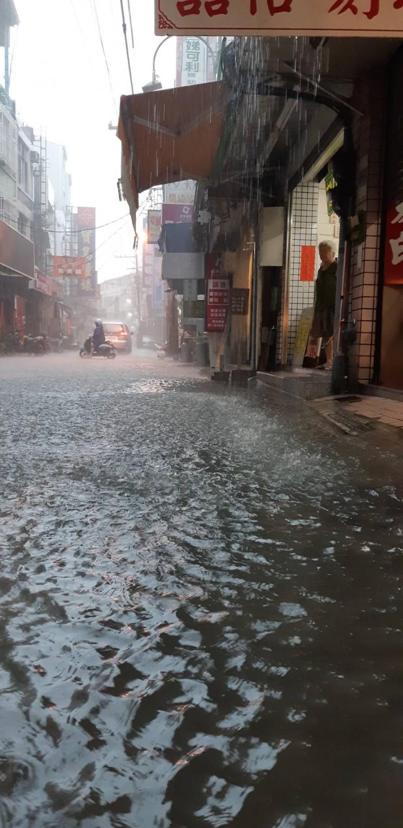 高市6小時雨量破百毫米,岡山、燕巢區出現淹水。 (記者陳文嬋翻攝)