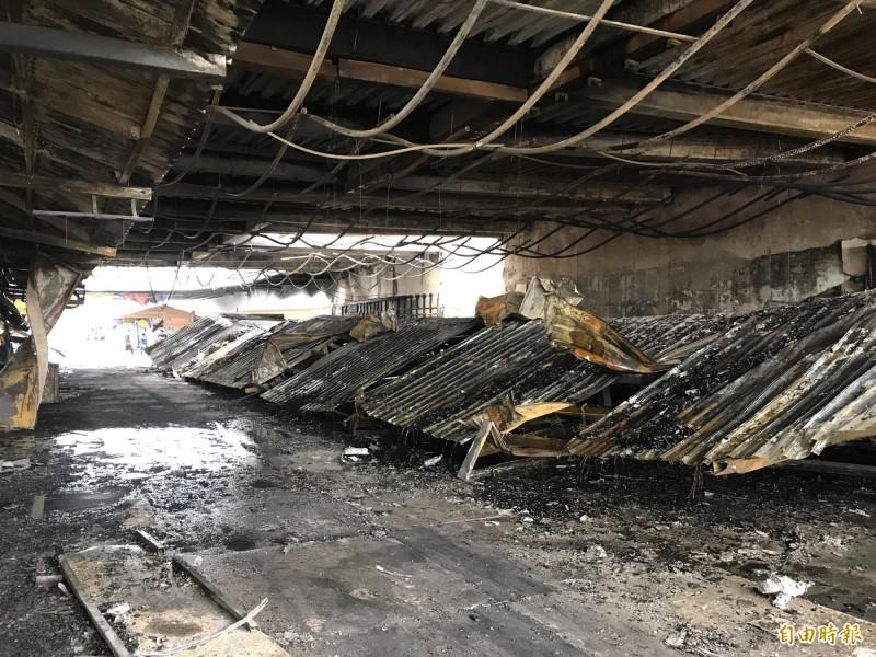 花蓮東大門夜市3日凌晨發生大火,共造成38家業者攤位受損,受災攤商傾向原地重建。(記者王峻祺攝)