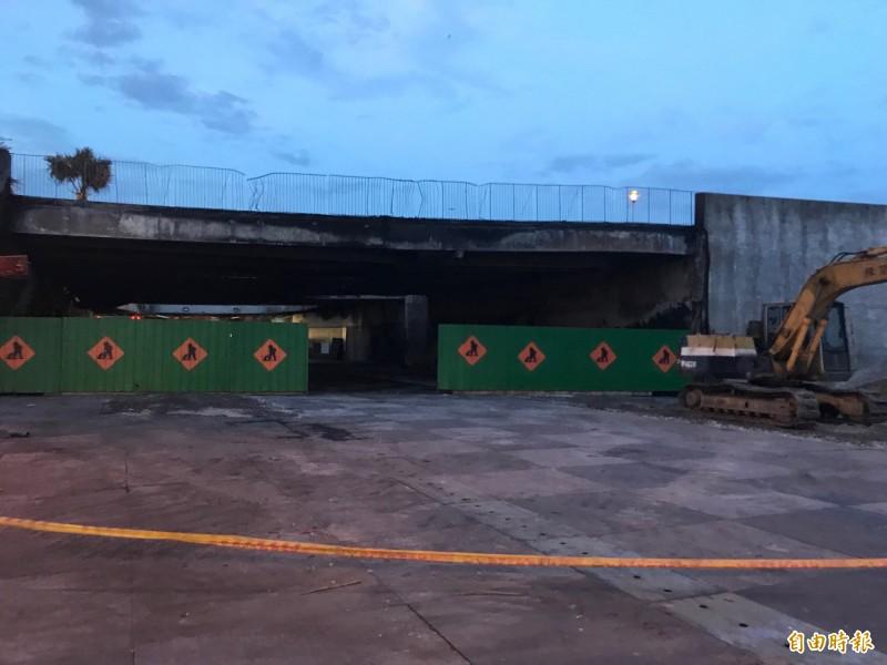 花蓮東大門夜市大火,陸橋燒塌下陷的結構安全鑑定預計在本週出爐。(記者王峻祺攝)