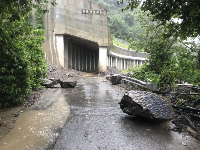 仁愛鄉都達村鄉道投85線都達明隧道前有大型石塊滾落,危及人車通行安全。(圖由仁愛分局提供)