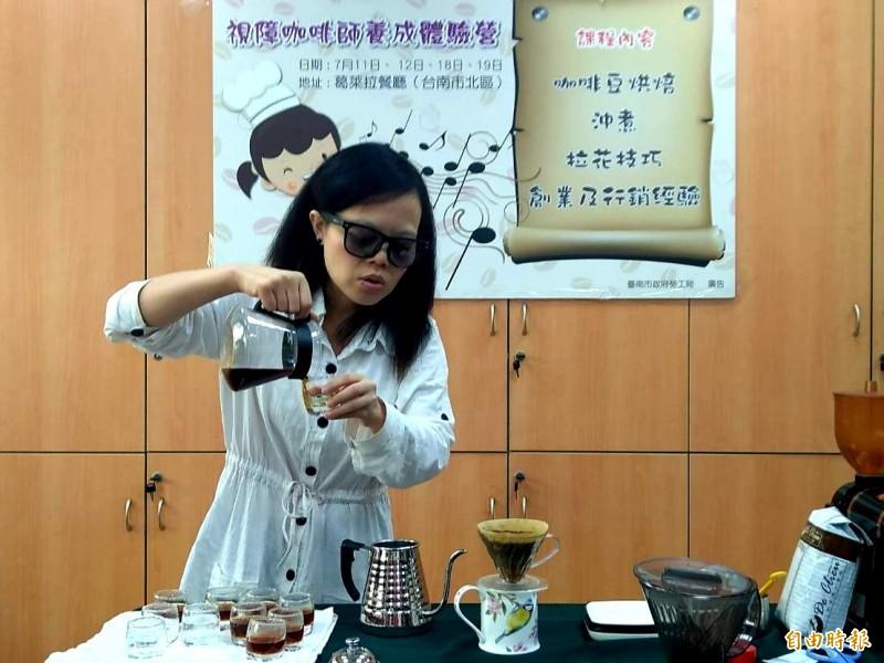 40歲林佳箴在2015年成為台灣第一位考取英國國際咖啡師證照的視障者,今年將任講師助培訓南市視障咖啡師。(記者王涵平攝)