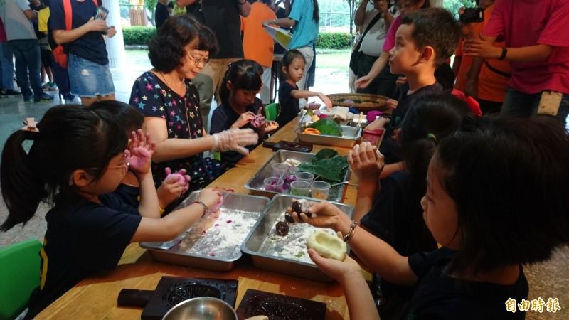 台南市南區樂齡學習中心的阿公阿嬤們與喜樹國小學童們,一同做出彩色的紅龜粿。(記者劉婉君攝)