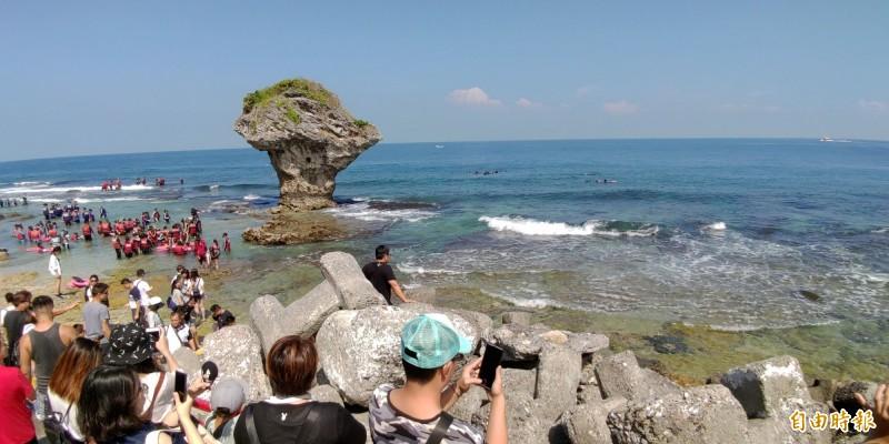 小琉球花瓶岩有綠蠵龜棲息。(記者陳彥廷攝)
