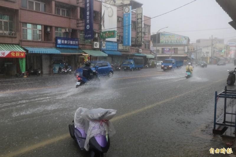 永康大灣路一帶一度積淹水,機車經過也濺起水花。(記者萬于甄攝)