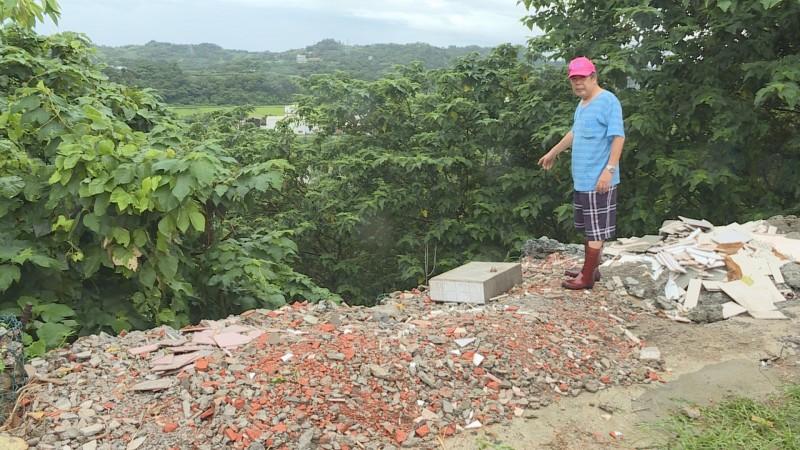 里長黃清和在老翁住家附近100公尺遠的深谷發現老翁遺體。(記者鄭名翔翻攝)