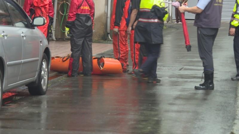 老翁被運送上岸,由警方接手持續釐清確切死因。(記者鄭名翔翻攝)