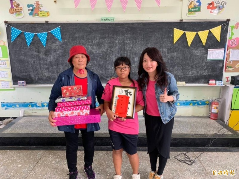 虎井國小僅一名畢業生翁宜美,囊括所有獎項。(虎井國小提供)