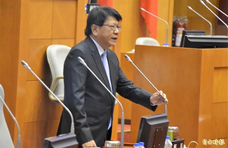 潘孟安說若國中小全面裝冷氣,半年的電費超過2.3億元。(記者侯承旭攝)